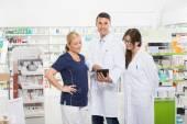 Jistý lékárník pomocí digitálních Tablet se spolupracovníky