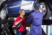 Ügyfél keresi a szerelő újratöltési autó gumiabroncs