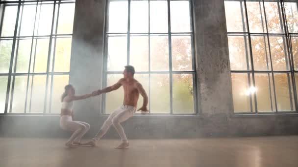 Romantikus táncmozdulat férfi és nő között. A kapcsolat, a bizalom és a támogatás fogalma