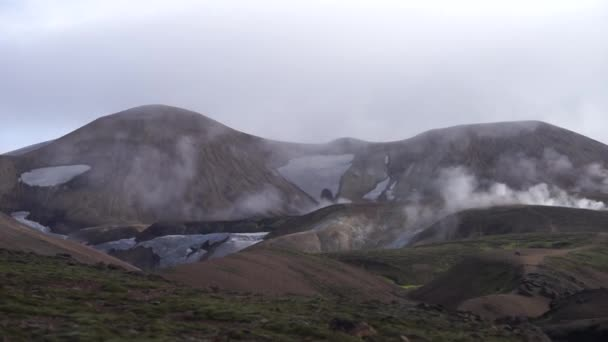 Vulkanikus aktív táj béka, gleccser, dombok és zöld moha a Fimmvorduhals nyomvonal közelében Landmannalaugar nyári napsütéses nap, Izland
