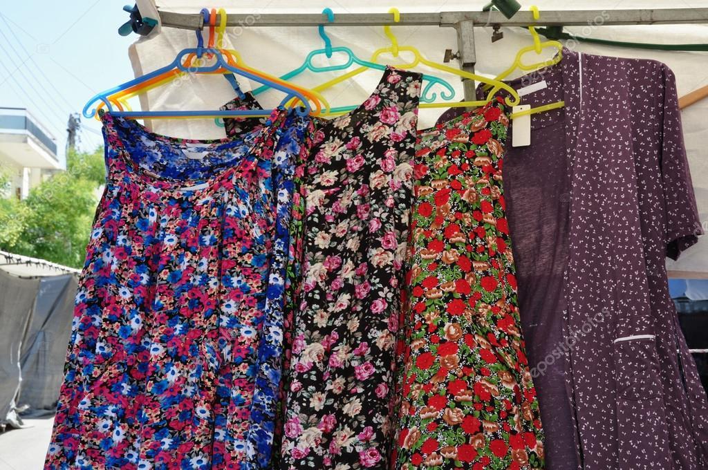 3ea0e3ea4d91 Μπλούζα εργασίας ποδιά φόρεμα φόρμες και ρόμπες στις κρεμάστρες σε υπαίθρια  λαϊκή αγορά. Παλιά ντεμοντέ γυναικεία ρούχα καλοκαίρι — Εικόνα από ...