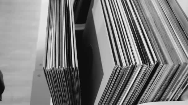 böngészve vinil rekordok gyűjtemény