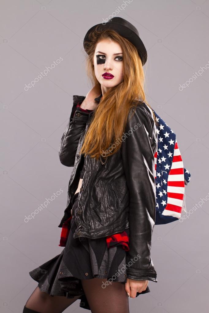 Fille style grunge. Photo du visage de la place sur le chapeau de la tête  et dans les mains d\u0027un drapeau américain de style sac à dos \u2014 Image de  Lindrik
