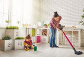 Familie putzt das Zimmer