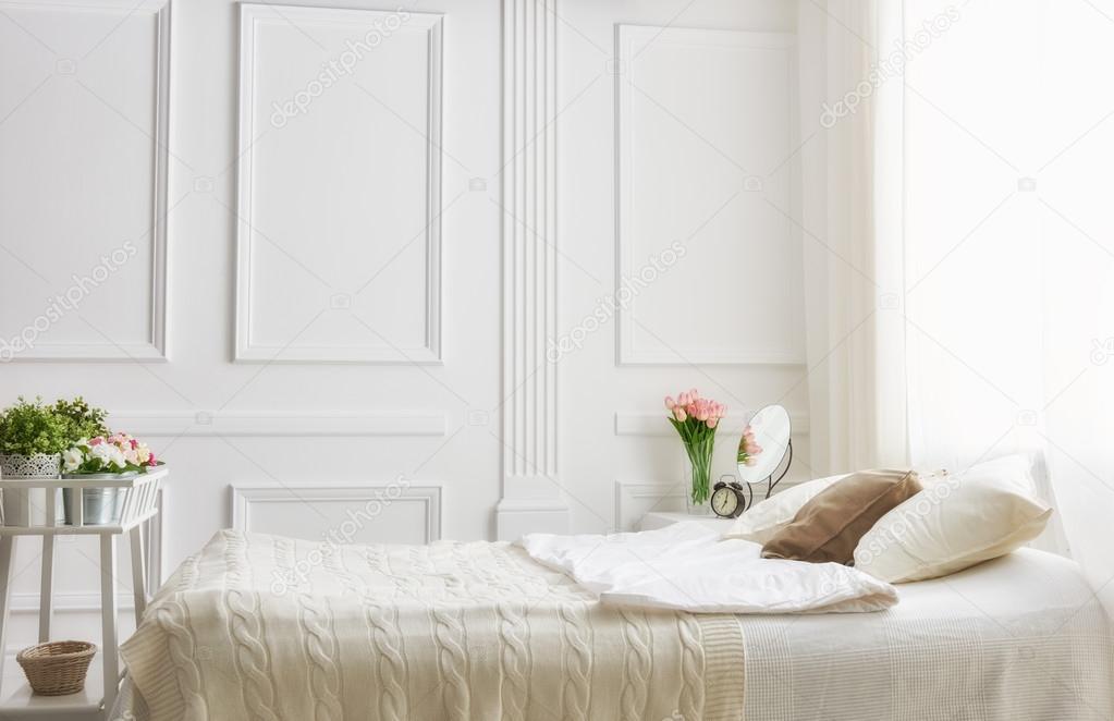 dormitorio en colores claros suaves — Fotos de Stock © choreograph ...