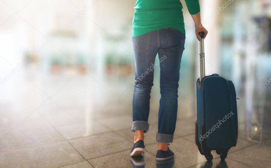 Chica con maleta —  Fotos de Stock
