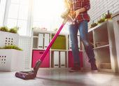 Frau putzt