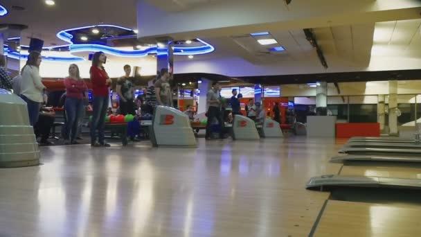 Rodinné soutěže v bowling Clubu kvantové