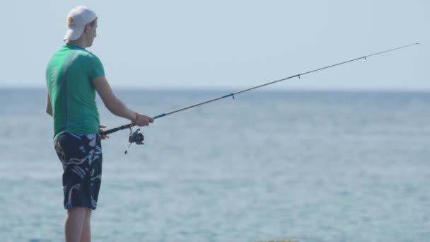 Muž se točí chytání ryb