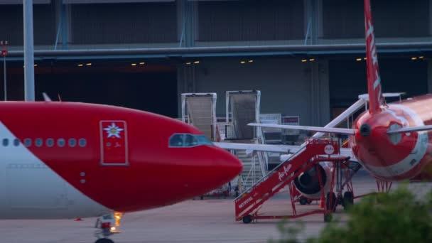 Airbus A340-Passagierflugzeug rollt nach der Landung