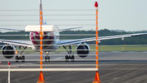 Flugzeug bleibt auf Startposition der Landebahn stecken
