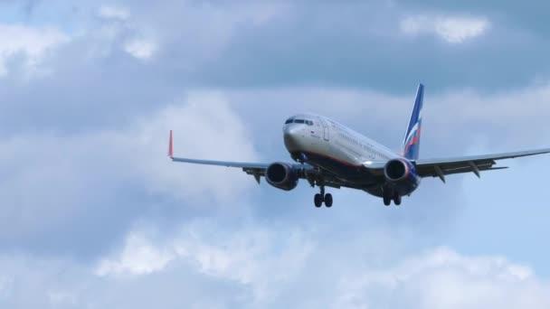 Verkehrsflugzeug Boeing 737 bei der Landung in Moskau.