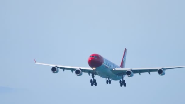 Edelweiss Air Airbus A340 im letzten Landeanflug