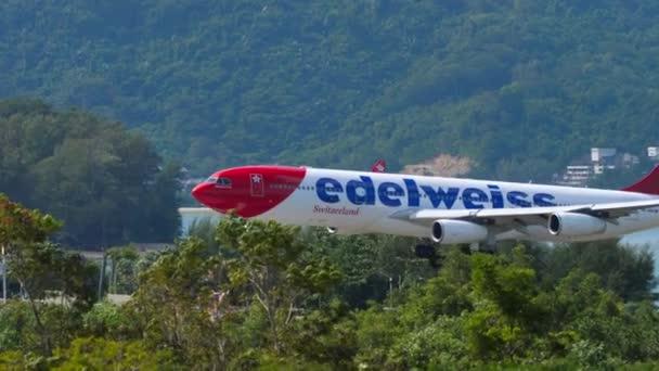 Edelweiss Air Airbus A340 landet