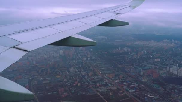 Légi felvétel a Moszkva felett repülő repülőgépről.