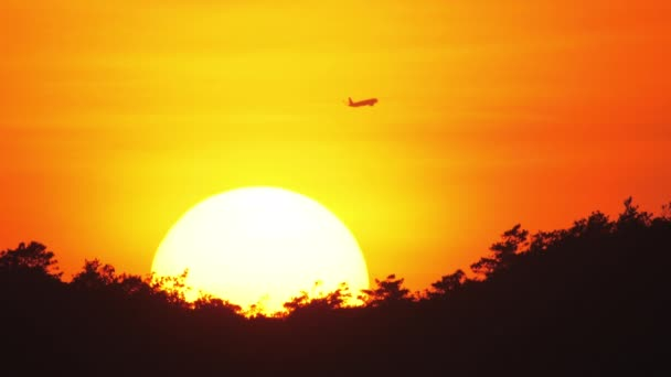 Naplementekor elhaladó utasszállító repülőgép