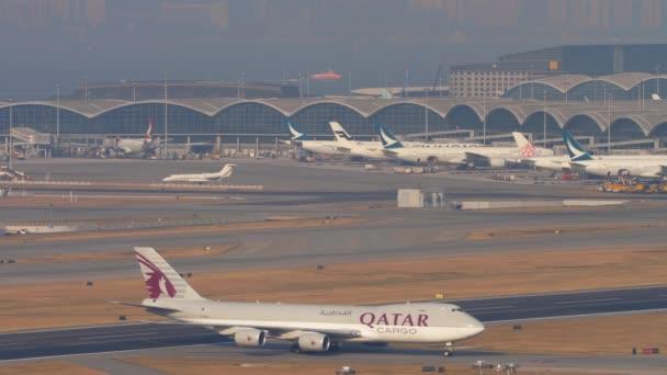 Letecká nákladní loď Boeing 747 pojíždí po přistání