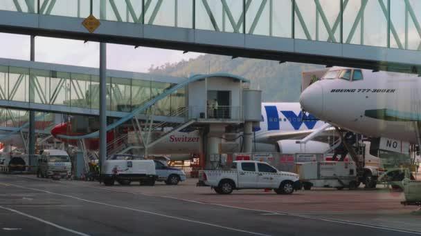 Berufsverkehr auf dem internationalen Flughafen Phuket