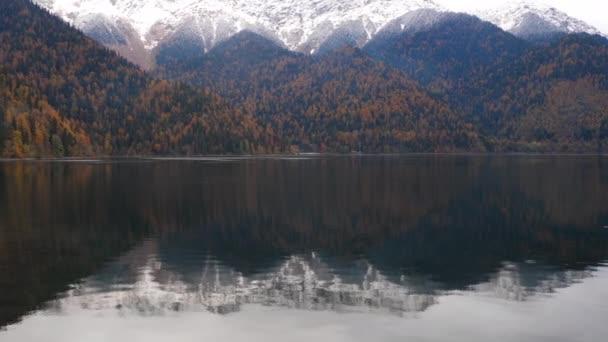 Jezero a hory na podzim
