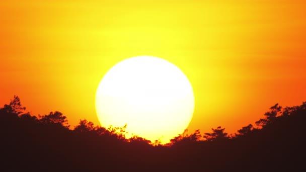 Slunce zapadá na obzoru