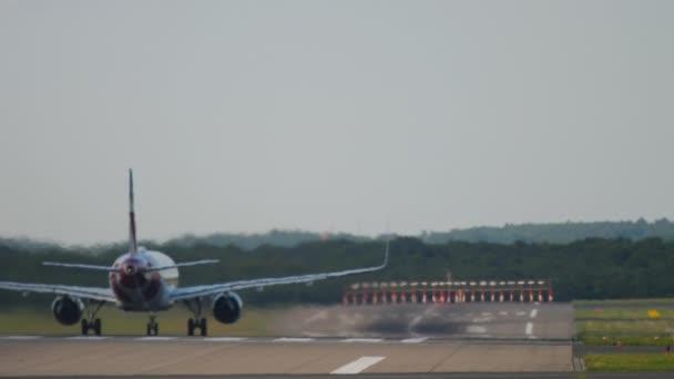Rückansicht eines von der Landebahn startenden Flugzeugs