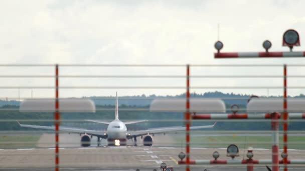 Unbekannter bremst Flugzeug auf der Landebahn
