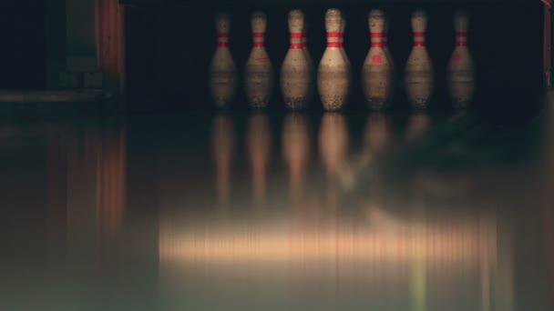 bowling kuličku stávkující kolíky na pruhu