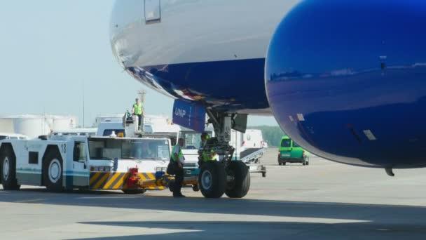 Transaero Boeing 777 towing