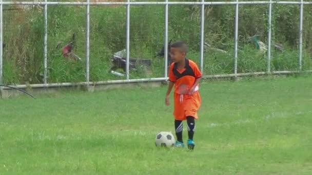Kleiner Fußballer im Training