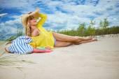 Fotografia ragazza bionda sulla spiaggia