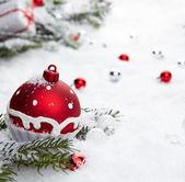 Vánoční ozdoby na sněhu