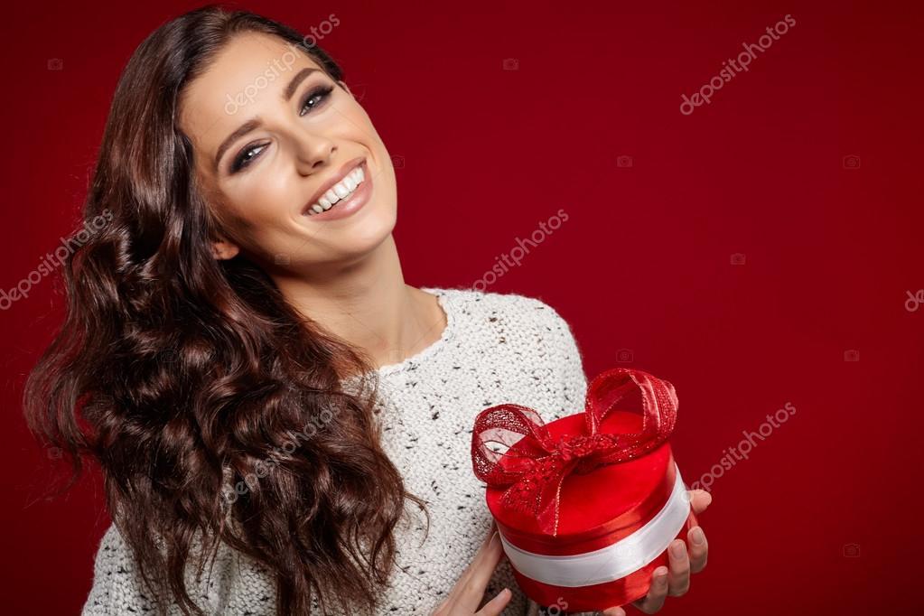Frau holding Weihnachtsgeschenk — Stockfoto © zoomteam #89503634