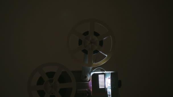 Egy régimódi antik filmvetítő oldalnézetből
