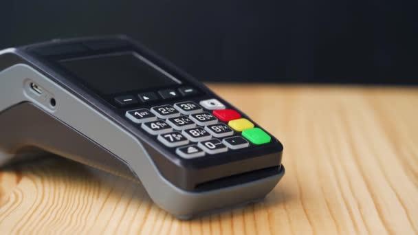 NFC hitelkártyás fizetés. Nő fizet érintésmentes hitelkártyával NFC technológiával. Vezeték nélküli pénz tranzakció. Vezeték nélküli fizetés