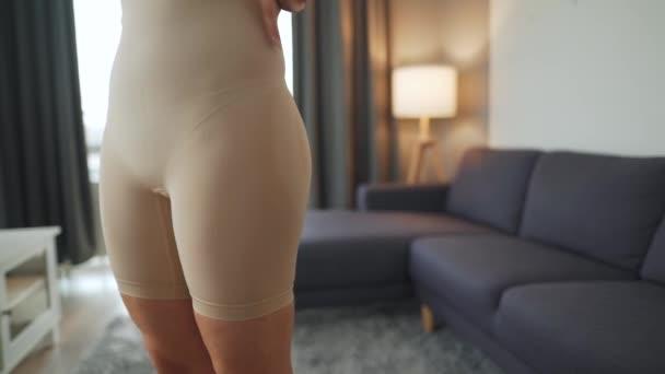 Žena klade na hubnutí spodní prádlo zlepšit siluetu těla