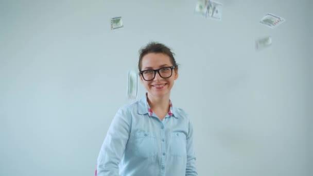 Šťastná žena s brýlemi vydělávání peněz déšť z dolarových bankovek