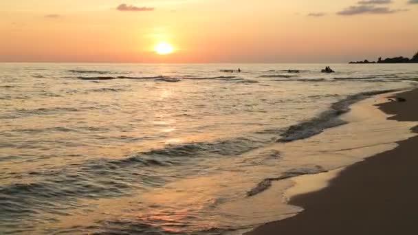 Tropický západ slunce v moři