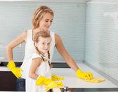 Mutter mit Kind waschen Küche