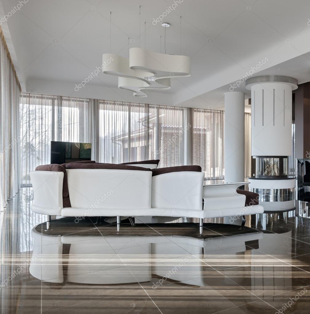 Moderne und luxuriöse Innenraum bei Tageslicht — Stockfoto © YegorP ...