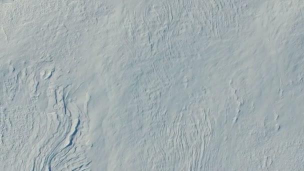 Gyors repülés felett hó mezők téli, légi panoráma. Snow minta és a textúra. Hó-sivatag.