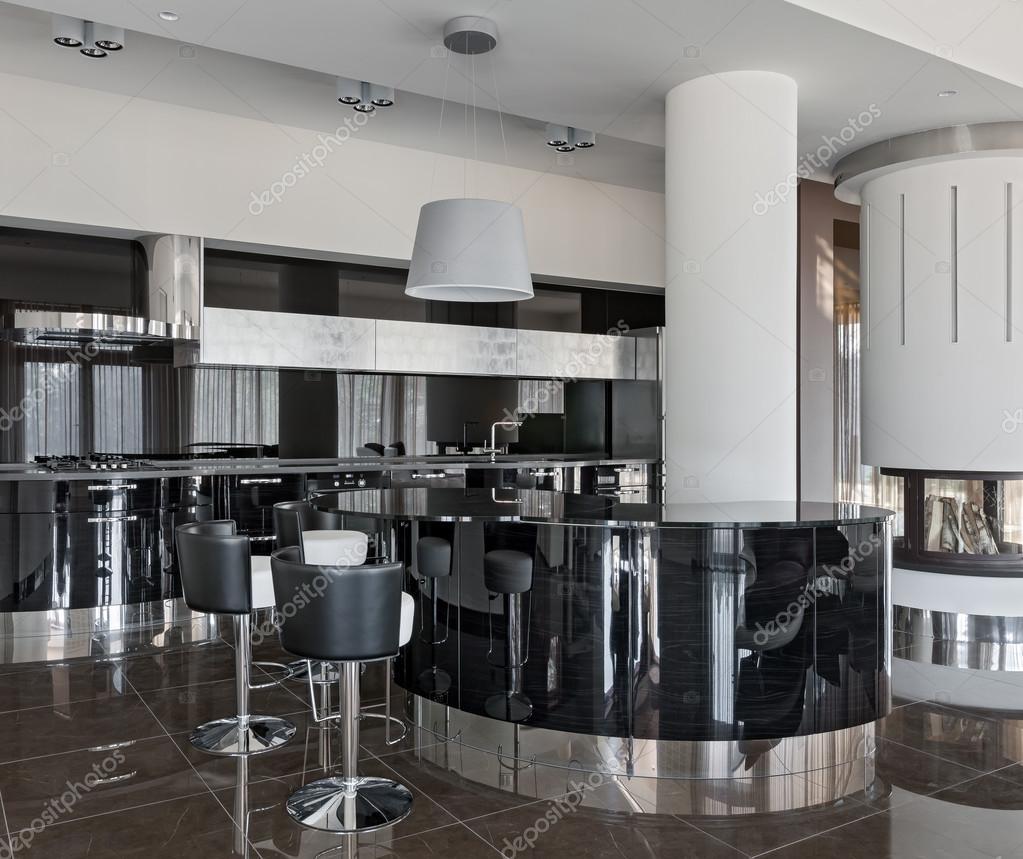 Interiore moderno della cucina con camino — Foto Stock © YegorP ...