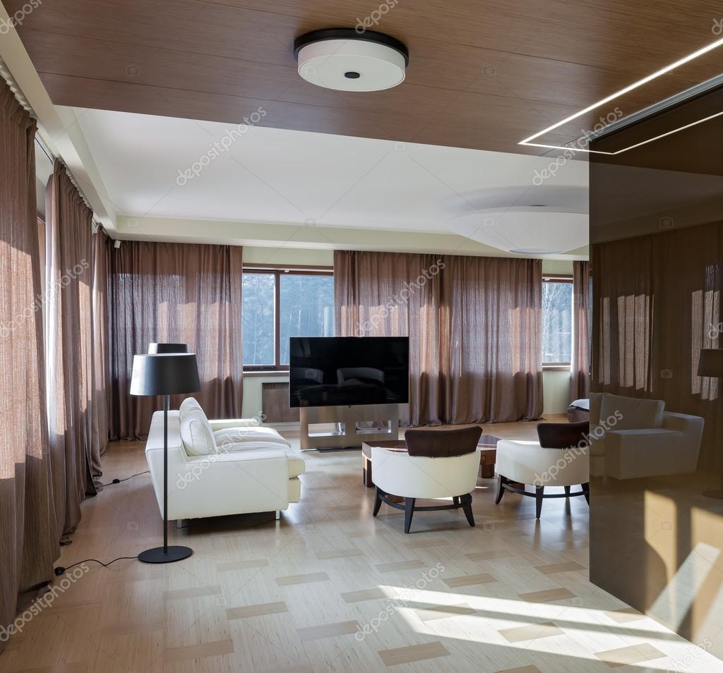 Interno di casa teatro moderno con grandi finestre foto for Piani di casa di lusso con seminterrato sciopero