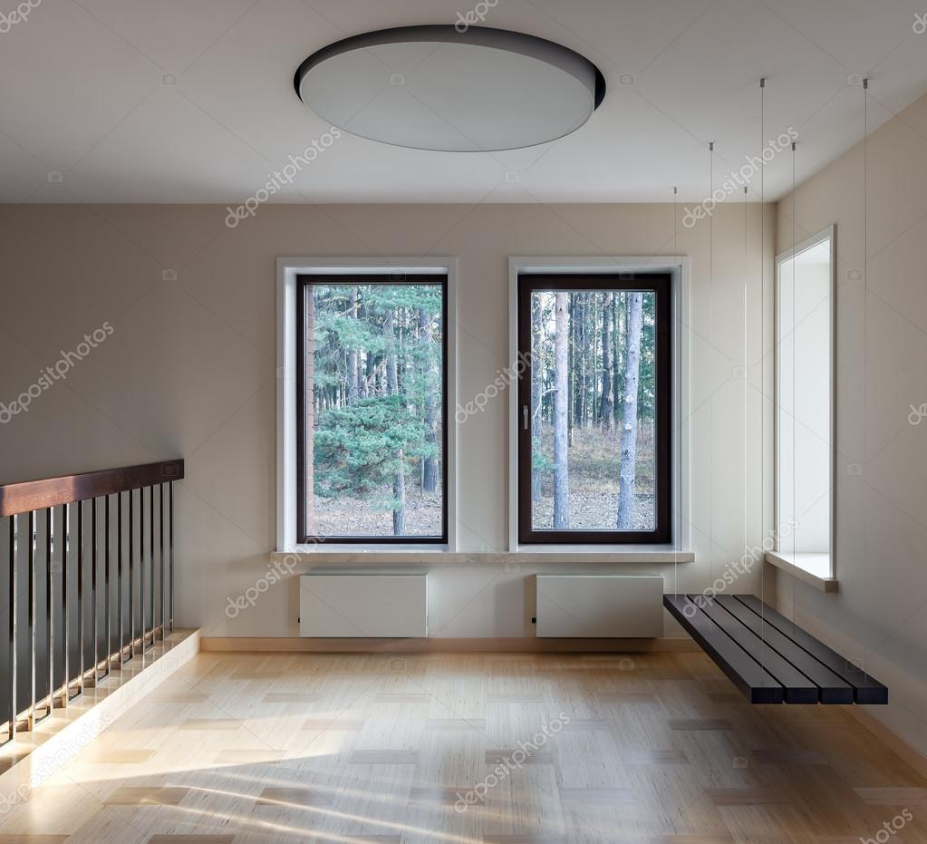 Interieur des modernen leeren Raum mit ausgesetzten Bank und windows ...