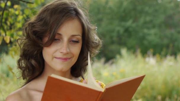 Portrait der schönen Frau holding Buch
