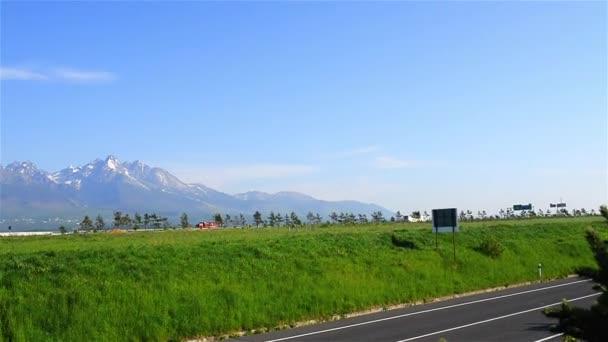 Tatrách, Tatry nebo Tatra, jsou pohoří, které tvoří přirozenou hranici mezi Slovenskem a Polskem