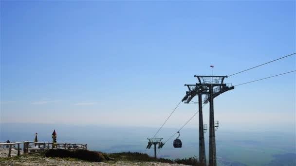 Výtah na Lomnickým štítem ve Vysokých Tatrách. Tatrách, Tatry nebo Tatra, jsou pohoří, které tvoří přirozenou hranici mezi Slovenskem a Polskem.