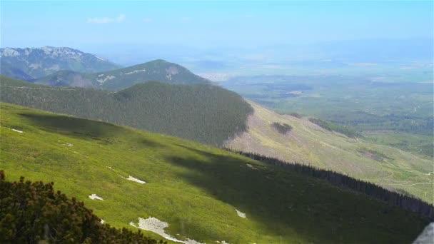 pohled na úpatí Tater na Slovensku, s několika borovicemi samotným.
