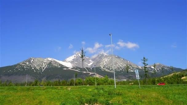 Tatrách, Tatry nebo Tatra, jsou pohoří, které tvoří přirozenou hranici mezi Slovenskem a Polskem.