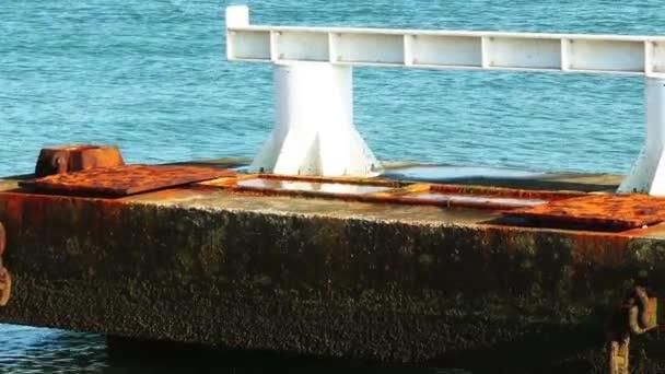 Ein Poller ist ein kurzer Pfosten. Ursprünglich war es ein Pfosten auf einem Schiff oder einem Kai verwendet, vor allem für die Anlegestelle.