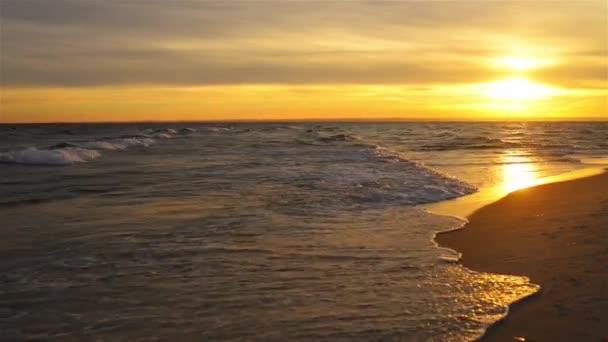 Sonnenuntergang an der Ostsee. Die Ostsee (Ostsee) ist ein Atlantikmeer, das von Skandinavien, Finnland, den baltischen Ländern und der nordeuropäischen Ebene umgeben ist..